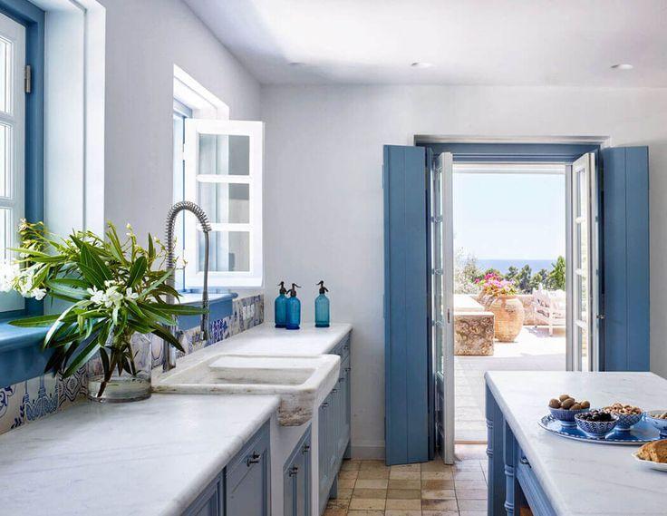 La cuisine en bleu et blanc de cette propriété possède le charme rustique d'antan