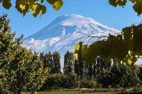 """Ağrı Dağı """"beyaz gelinliğini"""" giydi Türkiye'nin en yüksek dağı olan Ağrı Dağı, Doğu Anadolu bölgesinde etkili olan kar yağışının ardından beyaza büründü. Yöre halkı arasında """"Ağrı beyaz gelinliğini giydi"""" olarak tabir edilen kar yağışının ardından, 5 bin 137 metre yüksekliğindeki Ağrı Dağı zirvesinden eteklerine kadar karla kaplandı. 4 ülkenin sınırında bulunan Ağrı Dağı, karlarla kaplı görünümüyle görenleri adeta büyülüyor."""