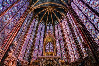 """Koning Lodewijk IX liet de beroemde Sainte Chapelle bouwen in de 13e eeuw. De oorspronkelijke bedoeling was dat de kapel gebruikt zou worden voor het bewaren van de kruisrelieken. Deze kapel in Parijs wordt algemeen beschouwd als een van de hoogtepunten van de middeleeuwse architectuur. In de volksmond wordt deze kapel ook wel """"de trap naar de hemel"""" genoemd."""
