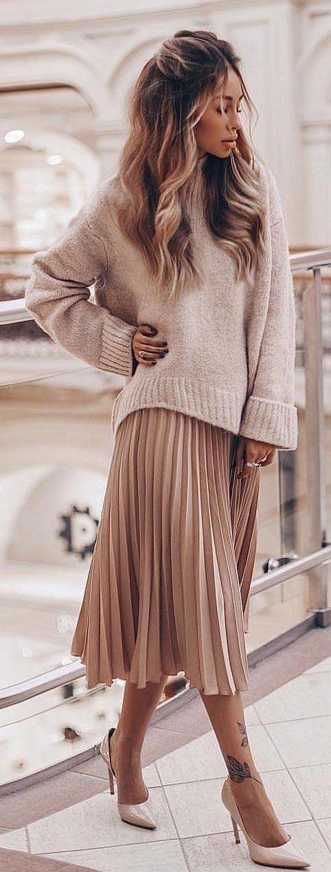 #spring #outfits woman wearing brown sweater and pleated beige maxi skirt. Pic by @fashion.and.sugar