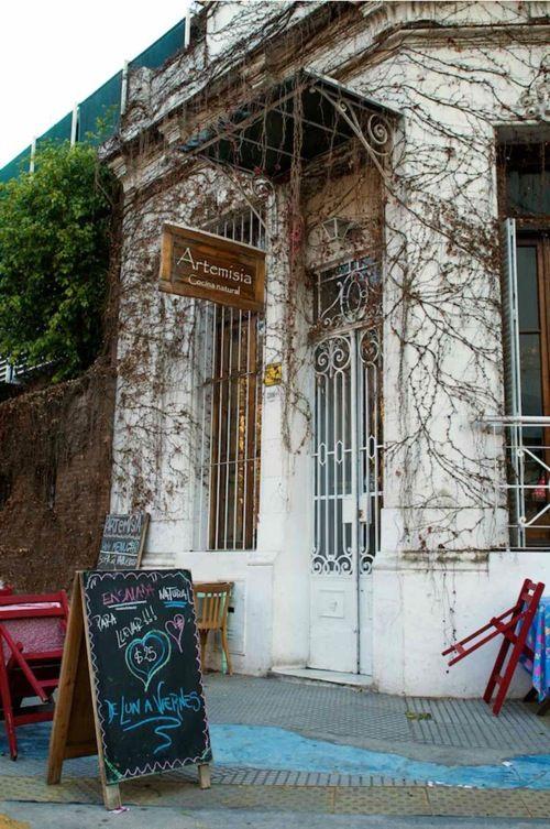 http://www.artemisianatural.com.ar  Gorriti 5996, Palermo. T: 4776-5484. H: Martes a sábados (desayuno + almuerzo + meriendas + cenas). Domingos (desayunos y almuerzos).