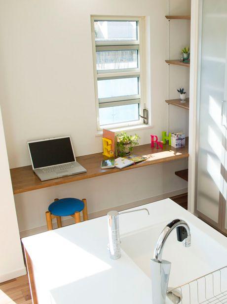 奥様の家事コーナーとして、キッチンの脇にカウンターと本棚を作りづけました。|インテリア|おしゃれ|自然素材|飾り棚|
