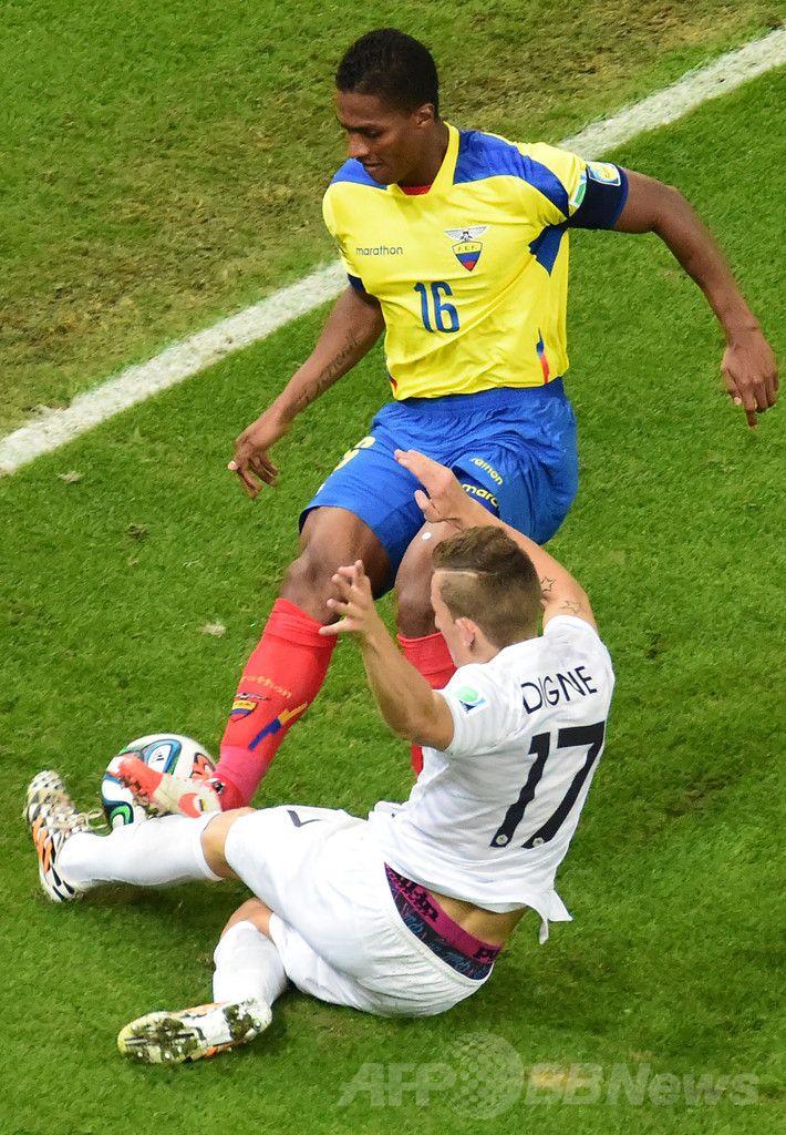 サッカーW杯ブラジル大会(2014 World Cup)グループE、エクアドル対フランス。フランスのルカ・ディニュ(Lucas Digne)にタックルを仕掛けるエクアドルのルイス・アントニオ・バレンシア(Luis Antonio Valencia、2014年6月25日撮影)。(c)AFP/FRANCK FIFE ▼26Jun2014AFP|エクアドルと引き分けたフランス、グループ首位で16強 http://www.afpbb.com/articles/-/3018751 #Ecuador_France_group_E #Brazil2014