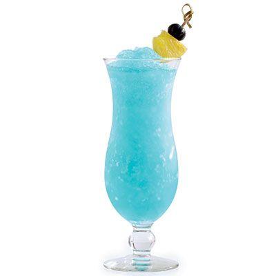 O Blue Hawaiian é um coquetel muito refrescante e saboroso, combinado com sua cor atraente é impossível dizer não. Aproveite e faça para os amigos e diferencie os drinks das festinhas.