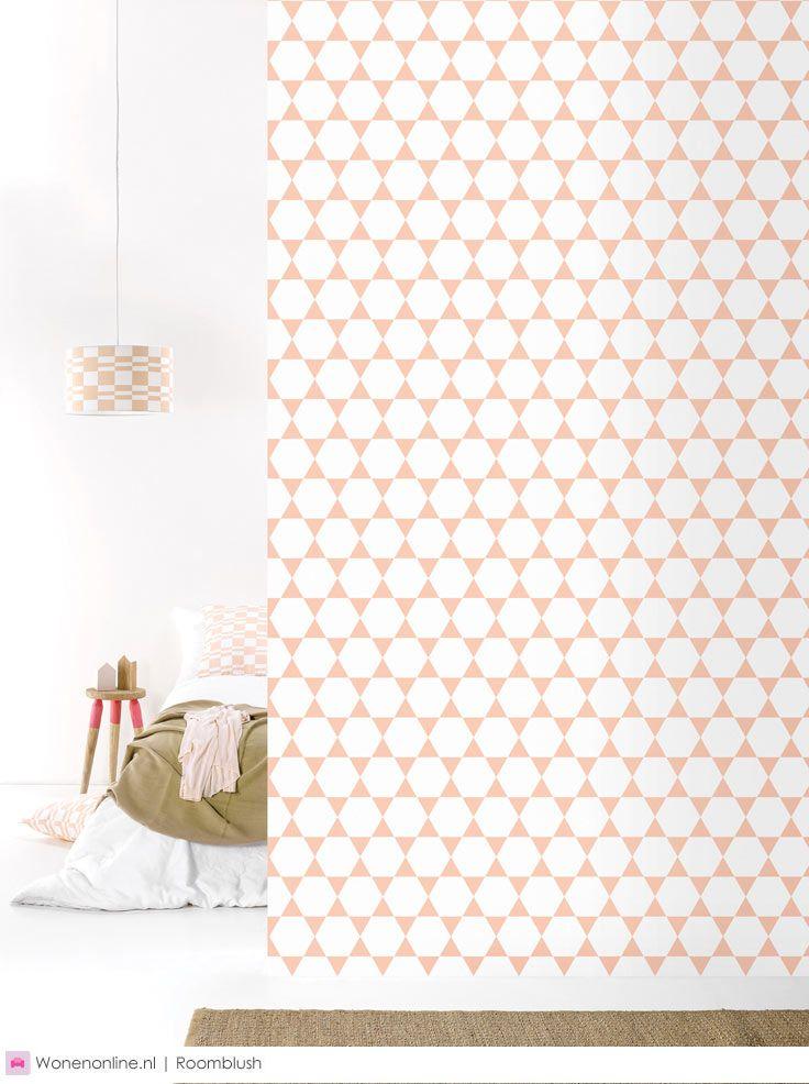 Roomblush sparkling | n deze nieuwe collectie, blijven we schitteren, met nieuwe dessins in ons behangpapier, kussens, muziekposters en lampenkappen.
