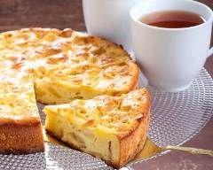 Clafoutis aux pommes à la confiture d'abricots : http://www.cuisineaz.com/recettes/clafoutis-aux-pommes-a-la-confiture-d-abricots-46901.aspx