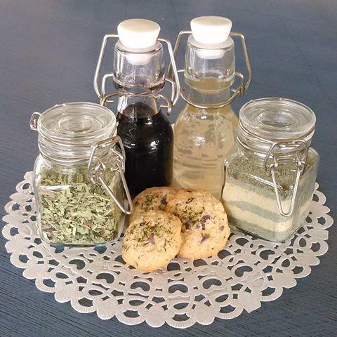 Små glass med hjemmelaget ville vekster delikatesser en en hyggelig liten gave å gi bort. Dagens bursdagsgave er glass med smakene søtt, salt, surt og bittert. Aronia-hyllebær likør og marsfiol-tunbalderbrå kjeks, ramsløksalt, kombucha eddik og løvetann blad-rot te/krydder.  Bithday present with flavours of sweet, salt, sour and bitter. Blackchokeberry-elderberry liquor, wildgarlic salt, sour kombucha and dandelion tea/wildherbspice.  #villevekster #wildfood