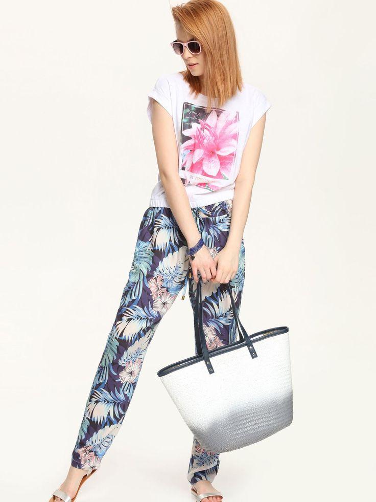Tricou Top Secret Cheerful White. Tricou de vara, cu imprimeu floral. La baza este strans cu elastic pentru un efect cool intregului outfit.…
