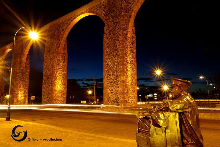 Acueducto en Querétaro, organillero en plaza con Bernardo Quintana