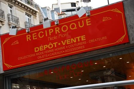 Reciproque Rue de la Pompe Den här butiken breder ut sig i fyra små butiker på vardera sida över gatan. Det finns en butik för herrar, en för smycken, en för accessoarer och en för dam-kläder. Utifrån ser det ut som affärer fyllda med billigt krimskrams från Asien, men när man kommer in är det som ett kliv rätt in i en skattkista. Om himlen vore en butik skulle det vara denna. Butiken med damkläder är något utöver alla andra vintagebutiker jag någonsin sett, två stora våningar med mängder…