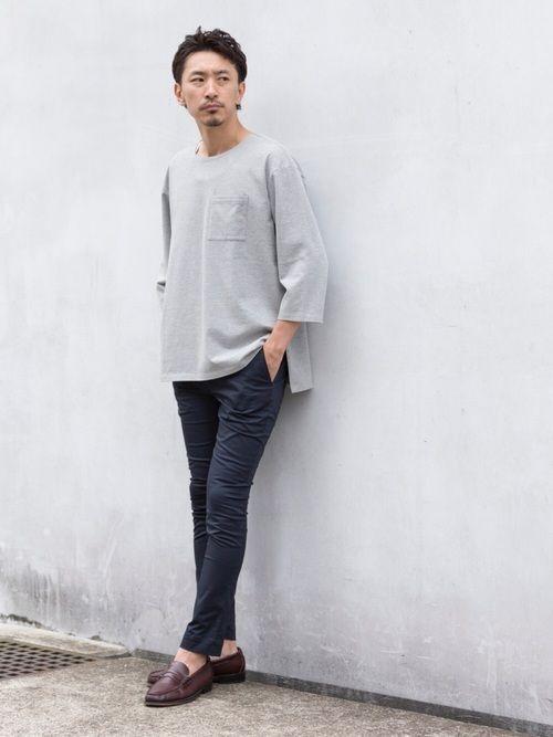 サイズアップしてゆったりと着たバスクシャツには、すっきりとした細身のパンツが好相性◎ グレー×ネイビ