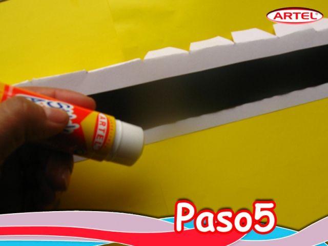 Paso 5: Pegar con Stick Artel en la cinta blanca.