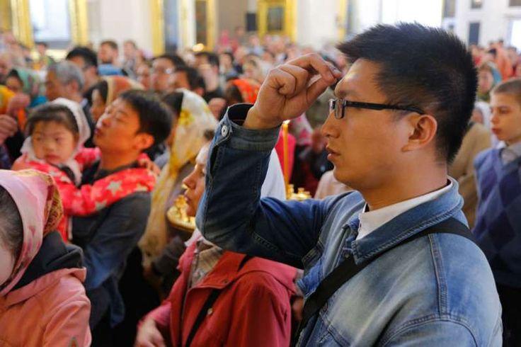 Ένα συγκινητικό βίντεο κυκλοφορεί στο διαδίκτυο δείχνοντας Χριστιανούς Κινέζους να παραλαμβάνουν για πρώτη φορά στη ζωή τους την Αγία Γραφή...οι αντιδράσει