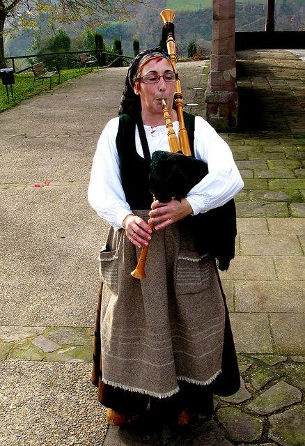 Asturias, Cabranes: Gaitera en traje regional / bagpiper in traditional costume by Roger S 09, via Flickr