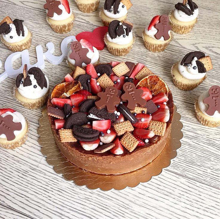 Классический чизкейк и ванильные капкейки с шоколадной начинкой и сливочным кремом. Все украшено в одном стиле: клубника, мини печенье, печенье орео, бусинки перламутровые, пряничные человечки из молочного бельгийского шоколада. Автор instagram.com/alenka_kx