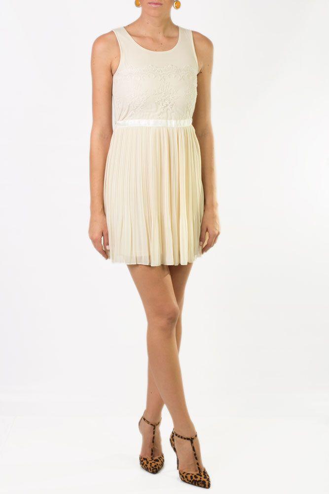 Vestido plisado en color beige, corto y sin mangas y que puedes combinar con accesorios dorados y sandalias de tacón.