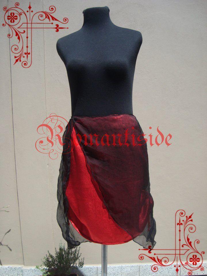 Falda de satén, con faldón de gasa. Se puede recoger por los laterales y la parte de atrás.