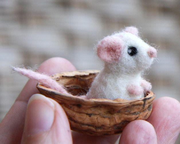 Die Maus auf den Bildern ist bereits verkauft, aber ihre kleine Schwester ist ebenso schön (und ebenso klein).  Sorgfältig mit der Filznadel gefilzte winzige Maus, die einen sicheren Platz...