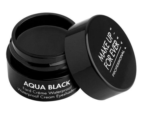 Aqua Black ist ein hochpigmentierter Creme Lidschatten. Mithilfe des Aqua Black lässt sich wunderbar ein langanhaltender Smoky Eye Look schminken, da die Pigmente eine waterproof Funktion haben. Dank des in seiner Formel enthaltenen...