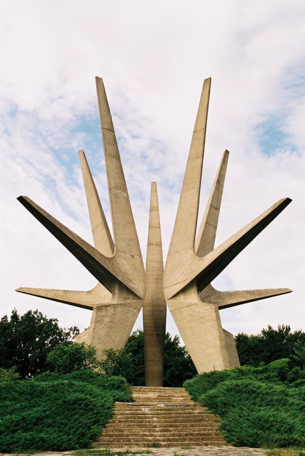 Kosmaj Monument, Yugoslavia (http://www.cracktwo.com/2011/04/25-abandoned-soviet-monuments-that-look.html)