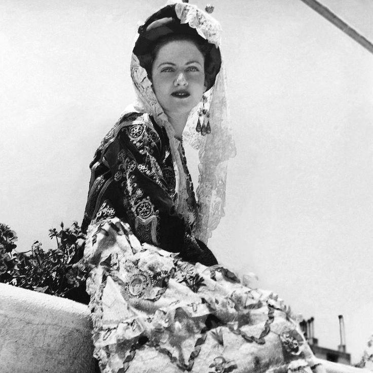 Η κυρία Μ. Μπότη με κερκυραϊκή φορεσιά. Δεκέμβριος 1940, Horst Paul Albert Bohrmann (Horst P. Horst), Αρχείο Θεόδωρου Μεταλληνού.