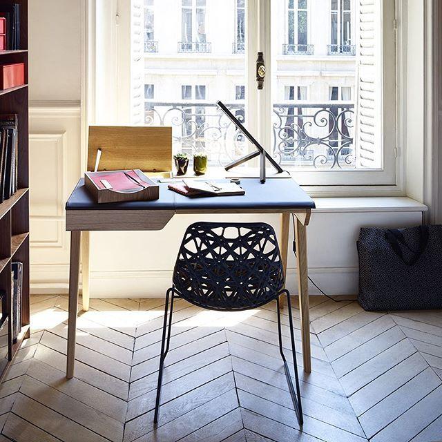 Beckett skrivbord i funktionell design och fina material. Kombinationen av ek och läder ger ett enkelt men ändå elegant uttryck, vilket passar bra ihop med den vackra stolen Zach. Zach finns i alla våra butiker medan skrivbordet finns i Skrapan & Täby C. Beckett skrivbord, 8100kr. Zach stol, 2300kr. Beställningsvaror. #habitatsverige
