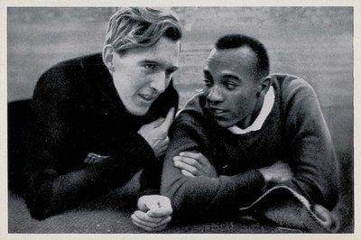 Lutz Long e Jesse Owens in 'Olympia 1936', Vol. II, Cigaretten Bilderdienst, Altona-Bahrenfeld, 1936