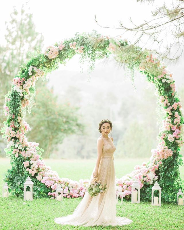 How stunning and unique is this archway!