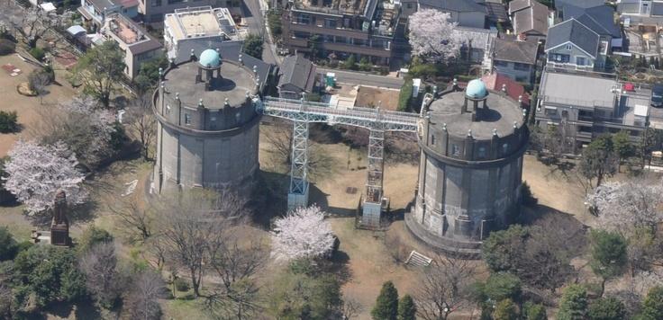 平成24年度土木学会選奨土木遺産  対象構造物:駒沢給水所(配水塔・配水ポンプ所)(こまわざきゅうすいしょ(はいすいとう・はいすいぽんぷしょ))  受賞理由:独創的な意匠を持つ貴重な土木構造物であり、街のシンボルとして地域住民にとって愛着の深い施設である。  支部:関東支部  所在地:東京都世田谷区  竣工年/和暦(西暦):[配水塔]大正13年(1924年)[配水ポンプ所]昭和8年(1933年)