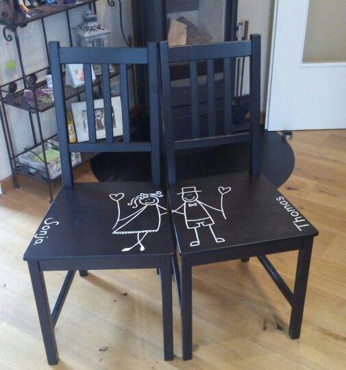 Das war ein Hochzeitsgeschenk für eine Freundin. Dazu haben wir braune einfache Stühle gekauft und diese mit cremefarbenen Acryllack bemalt. Diese Stühle kann man z.B. als Kleiderdiener ins Schlafzimmer stellen.