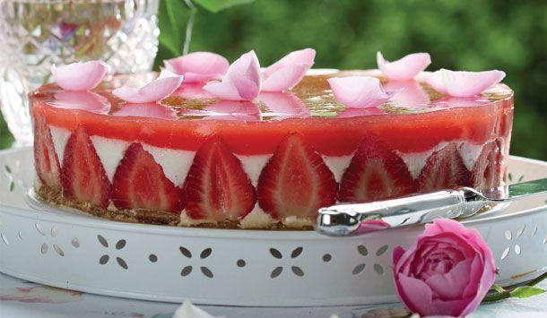 Vidunderlig opskrift på cheesecake med jordbær. En flot dessert der med garanti får gæsternes tænder til at løbe i vand.