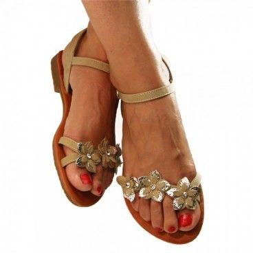Die zarte Farbe der #Sandalen und die Blütenapplikation verleihen diesem #Sommerschuh etwas verspieltes und feminines. Unser Preis: 9,90 €