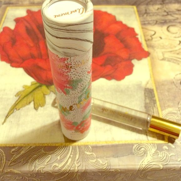 Anemone by Illume This large travel size fragrance is a lovely blend of apple mint,citrus and patchouli. The encasement is a rollerball. Illume Makeup