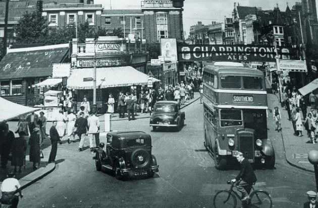 Southend High Street, 1950s Looking up the High Street towards Victoria Circus, Garons have a tea bar on one side of the road and a restaurant on the other. The bridge crossing the High Street carries the LTS railwa