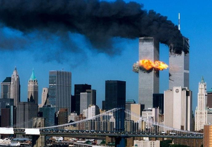 11 septembre 2001, deux avions s'écrasent sur les tours jumelles du World Trade Center.