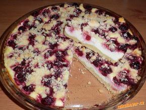 Koláč pro milovníky tvarohu: Těsto: 250 g polohrubé mouky, 100 g moučkového cukru, 100 g Hery nebo másla, 1/2 prášku do pečiva. Náplň: 500 g měkkého tvarohu (kostky v alobalu), 180 g zakysané smetany, 200 ml mléka, 120 g moučkového cukru, 1 vanilkový cukr, 1 vanilkový pudinkový prášek. Dále rozmražený rybíz nebo jiné ovoce.