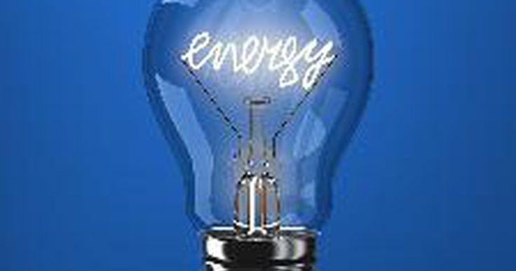 """¿Cuál es la fórmula de la energía?. La energía, definida como """"la capacidad para realizar un trabajo"""", puede tomar muchas formas, entre ellas la eléctrica, la térmica, la cinética y la química. Aunque no puede ser creada ni destruida, puede convertirse de una forma a otra. Los científicos y los ingenieros han elaborado muchas fórmulas para encontrar la energía en las cosas."""