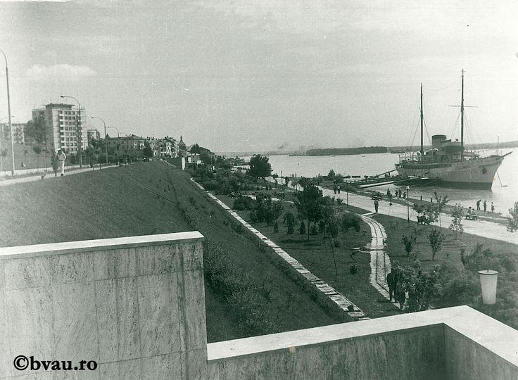 """Galați : Duminica pe Faleză / Năstase Marin .- Galaţi, 1973. Imagine din colecțiile Bibliotecii """"V.A. Urechia"""" Galați."""