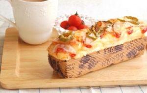 楽天が運営する楽天レシピ。ユーザーさんが投稿した「ランチピザパン【No.150】」のレシピページです。※ベ-キングトレ-(165mm) 4個分紙型で焼いた持ち運びしやすい便利なピザパンです。1本が1/4斤の量なので、ちょうど一人分くらいの食べきりサイズです。。ランチピザパン。■パン生地,強力粉,砂糖,塩,ドライイースト,スキムミルク,無塩バター,卵,水,■仕上げ用