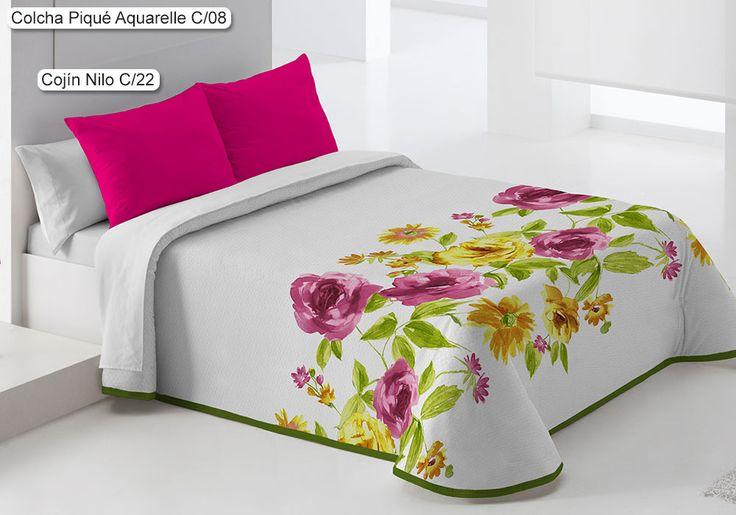 Colcha Piqué Aquarelle Eysa, con un elegante diseño de estilo floral en el que destacan grandes flores en la parte media-baja de la cama, aportando un aire fresco y primaveral.