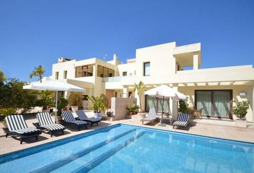 Can Carrota Ibiza Featuring free WiFi and a terrace with mountain views, Can Carrota is a holiday home, set in Ibiza Town. You can fire up the barbecue for a tasty meal and enjoy the garden in fair weather.  There is a seating area, a dining area and a kitchen.