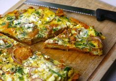 Tortilla van zoete aardappel met feta. Kleurrijk, gemakkelijk en heel erg smakelijk.