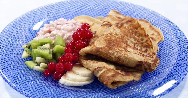 GROVE PANNEKAKER personer:8   4 stk egg 2 ½ dl sammalt hvete, fin 1 dl lettkokt havregryn 1 l melk 3 ½ dl hvetemel ½ ts salt 2 ss smeltet smør