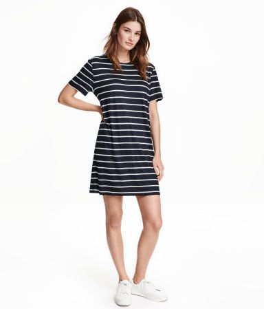Dark blue/striped. Knee-length, straight-cut dress in viscose jersey with a round neckline and short sleeves.