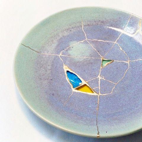 淡い紫の平皿に色ガラスを呼び継ぎしたもの Tomomi Kamoshita