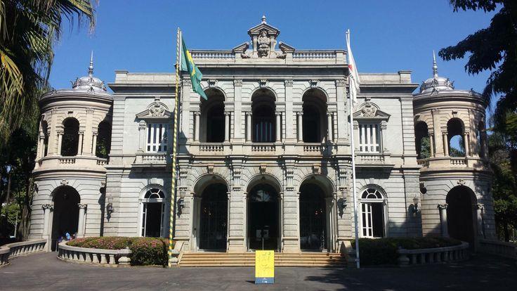 O Circuito Cultural Praça da Liberdade, localizado na região central de Belo Horizonte é, atualmente, o maior complexo cultural do país. Ao todo, são doze espaços e museus em funcionamento. Conheça!