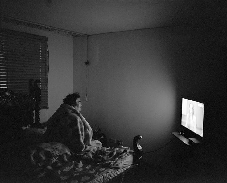 Abuela viendo tele