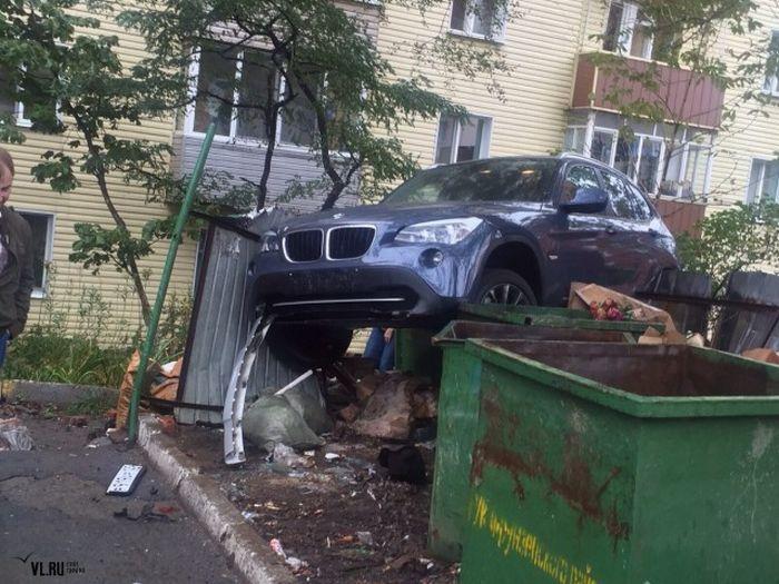 #интересное  Во Владивостоке кроссовер BMW «оседлал» мусорные баки (3 фото)   Во Владивостоке в результате ДТП немецкий кроссовер BMW X1 «оседлал» мусорные баки. Инцидент произошел сегодня днем по улице Станюковича, за рулем автомобиля сидела девушка, которая, как п