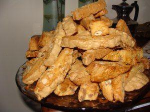 I cantuccini o cantucci, chiamati anche biscotti di Prato, sono uno dei maggiori vanti dolciari della Toscana. Sono biscotti secchi alle mandorle, ottenuti tagliando a fette il filoncino di impasto ancora caldo. Fanno parte dei più tipici dessert della tradizione culinaria toscana, soprattutto accoppiati al vin santo. Sono di forma tradizionale allungata, ottenuta dal taglio […]