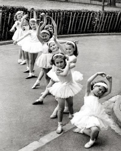 1947: Little ballerinas (Philippe Halsman)